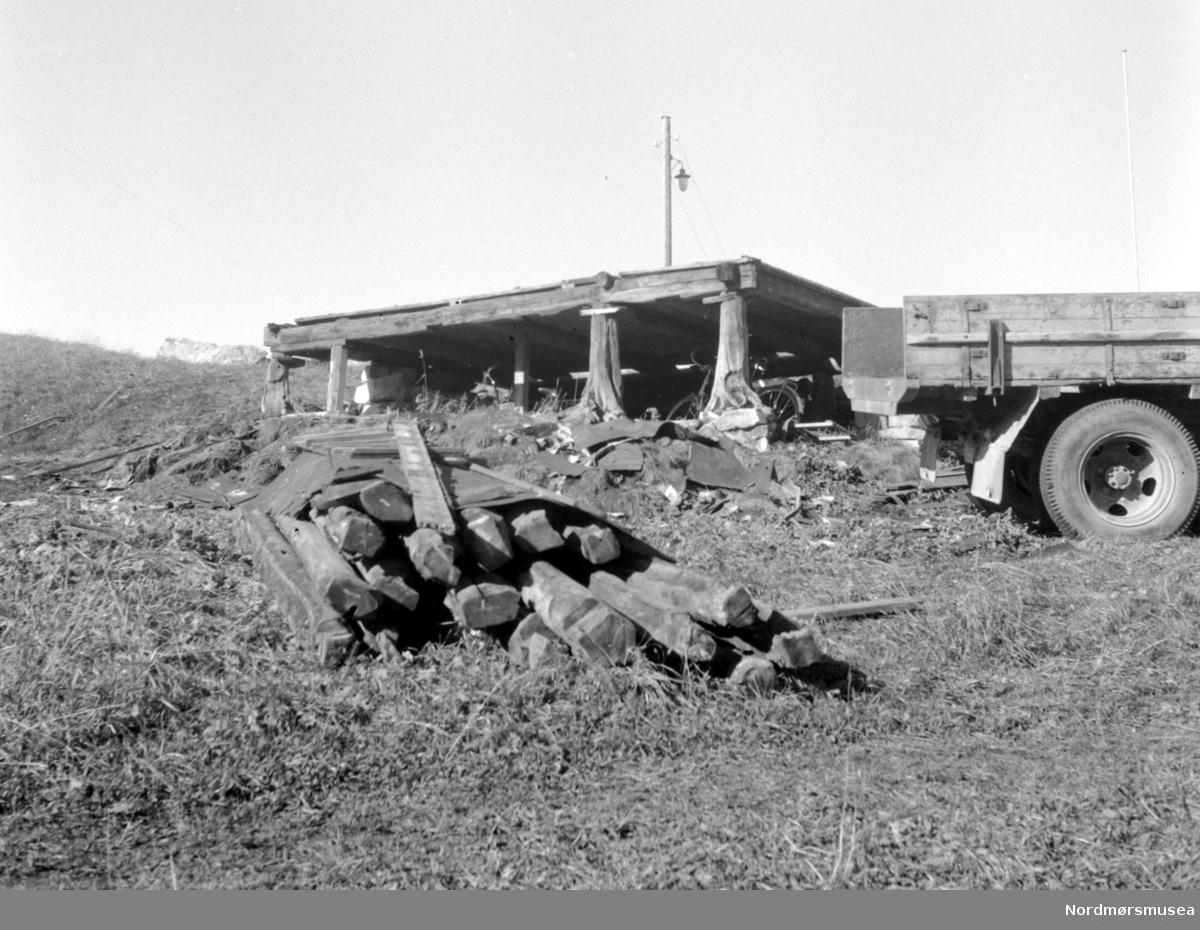 Serie fra flytting av Almskårstua (røykovnstue) fra Clausenenga til Dalaveien 17. Fra Nordmøre museums fotosamlinger.