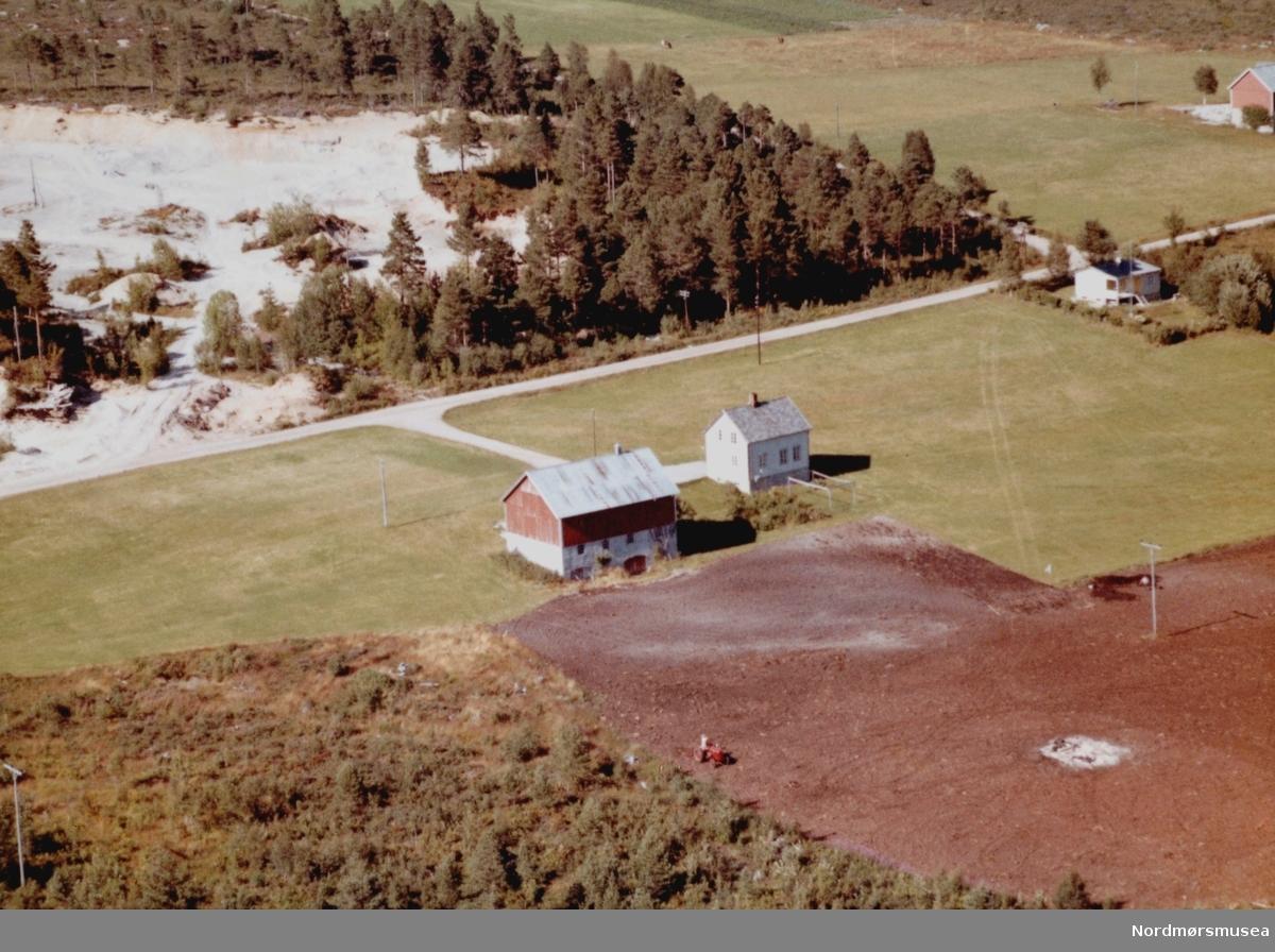 Flyfoto trolig fra gården til Nils Solli (per 1992) på Lyngstad i Tingvoll kommune. Bildet er datert 30. juli 1963, og fotograf er Widerøe's Flyveselskap a/s. Fra Nordmøre Museums fotosamlinger.