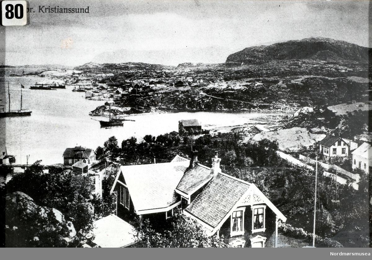 """Denne sveitservillaen Bjørnehaugen 43 gikk under navnet """";Hammeraasvillaen""""; (etter Jens Rasmussen) eller """";glassvillaen"""";. Plassen het sannsynligvis """";Røstplassen""""; etter familien Røst. Kjøpmann Hans Clausen eide huset som sto der i 1860 og flyttet det til Kirkelandet. Skipper Michael Witzøe fra Løkkemyra """";Ranheimsgården""""; kjøpte senere tomta og bygde villaen der i 1876. De solgte ca 1910 huset til Jens Hammeraas som sannsynligvis bygde om huset. Ole Mollan sen har notert at bildet er tatt før 1916 da oppbyggingen av verkstedet begynte. Villaen ble i 1922 solgt til Ole Mollan sen (opplyser Tor Larsen) som sammen med Bernt Skeid drev Aktieselskapet Stærkoder verksted. De bodde der til 1932. Båter, skipsverft, brygge og landskap i bakgrunnen. Stærkoder verksted kan skimtes nede til venstre. Huset ble bombet under 2. verdenskrig. Den verste ulykken i Kristiansund under krigen var da et enslig alliert fly traff bebyggelsen i Dalegata og 12 mennesker omkom. Dette skjedde 12.desember 1944 kl 0 8:26. Mulig var det skip på Sterkoder de var ut etter, men det kan også være oljetankene eller Nordsundbrua ifølge tyske krigsdagbøker. Flyalarm var ikke gitt, noe som var vanlig når kun ett fly var i området. Området er nedlagt som skipsverft. Rett frem ligger Storvik Mekaniske verksted A/S på Dale. Dette skipsverftet er også nedlagt. Vi ser Kvernberget i bakgrunnen og Melkvika til høyre. Dalegata går nedover til høyre. Bryggen rett frem kan være Boxaspens. Dette område ved sjøen som eides av Boxaspen ble senere solgt til Sterkoder. (Fra Nordmøre Museums fotosamling.)      """";Hammeraasvillaen """"; har navnet sitt etter min oldefar, Jens Rasmussen Hammeraas som kom dit fra Vestnes sammen med kone Marit Bendiksd. Lindset fra Tresfjorden, og sønn Rasmus H.(f.1878) rundt 1879. Hans far Rasmus flyttet med hustru og sønnen Jens (f.1856), fra Husa i Kvinnherad rundt 1863-65, og arbeidet sammen med broren Lars, som startet det kjente Hammeraasverftet på Helland i Vestnes. Oldefar Jens H. st"""