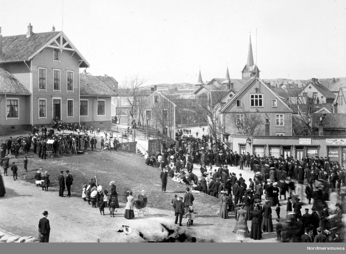 Musikkorps foran Rådstua en 17.mai? Legg merke til at Kommunebygningen ennå ikke er reist. Fra Nordmøre Museum sin fotosamling.
