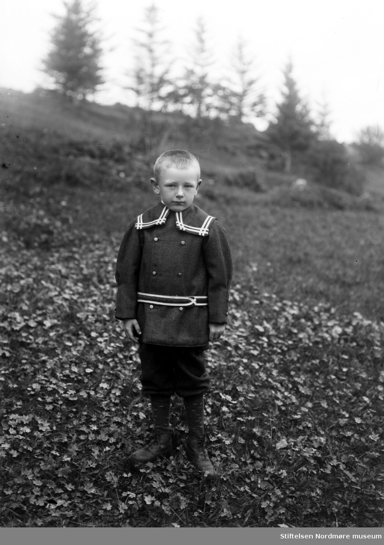 Portrett av et lite barn. Det er ukjent hvem vi ser, men kan være fra Sverdrupfamilien/slekten, eventuelt fra deres bekjentskaper. Fra Nordmøre museums fotosamlinger. EFR2015