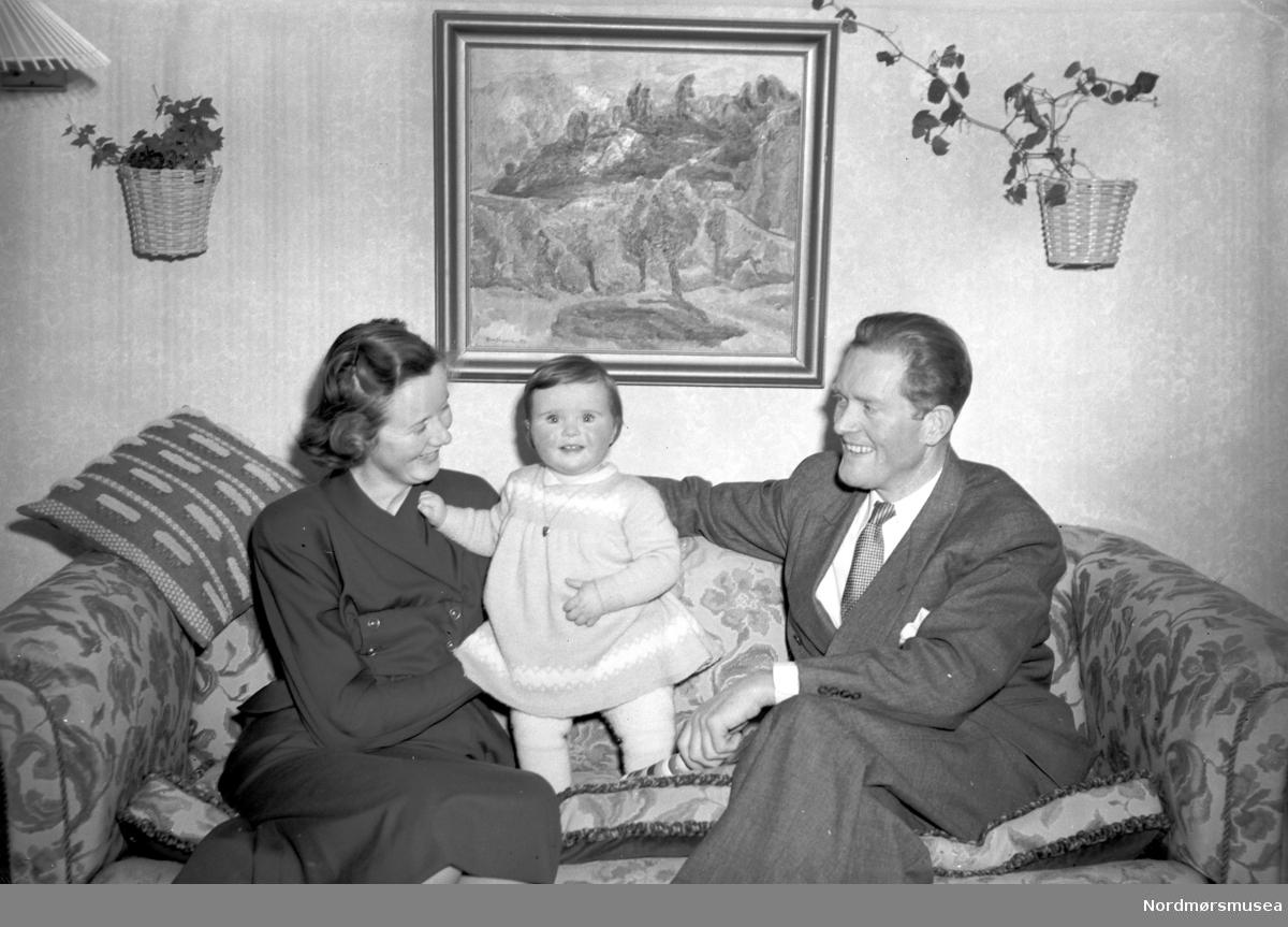 Familieportrett av mor, far og barn. Fra Nordmøre Museum sin fotosamling, Williamsarkivet. EFR2015