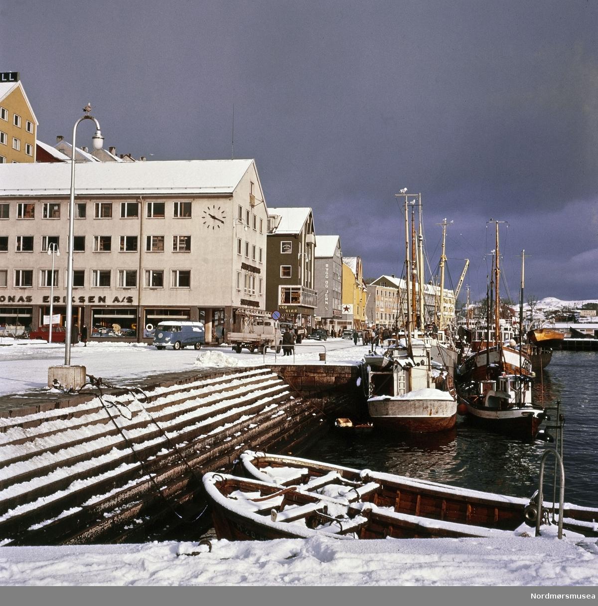 Foto fra den gamle fisketrappa ved Vågeveien/Vågekaia på Kirkelandet i Kristiansund.  Folkevognbuss type brødbil. Portfoliodias fra fotograf Nils Willams sitt arkiv. Nordmøre Museums fotosamlinger.