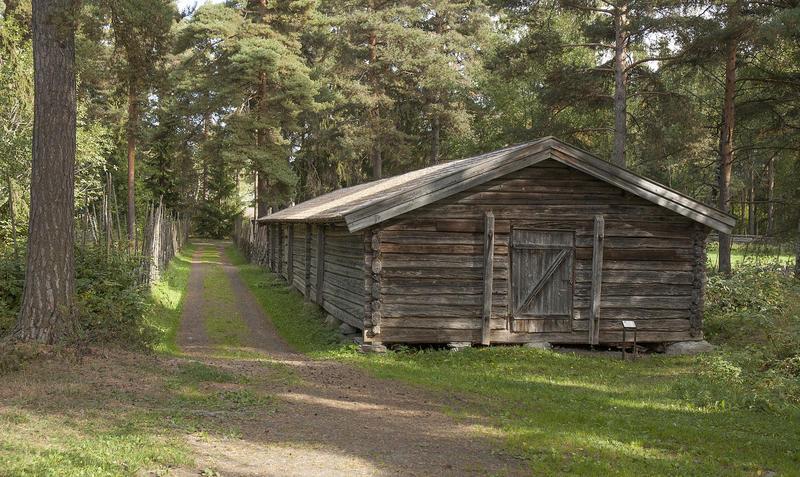 Fjøs i grått tømmer, med dør midt på gavlveggen. (Foto/Photo)