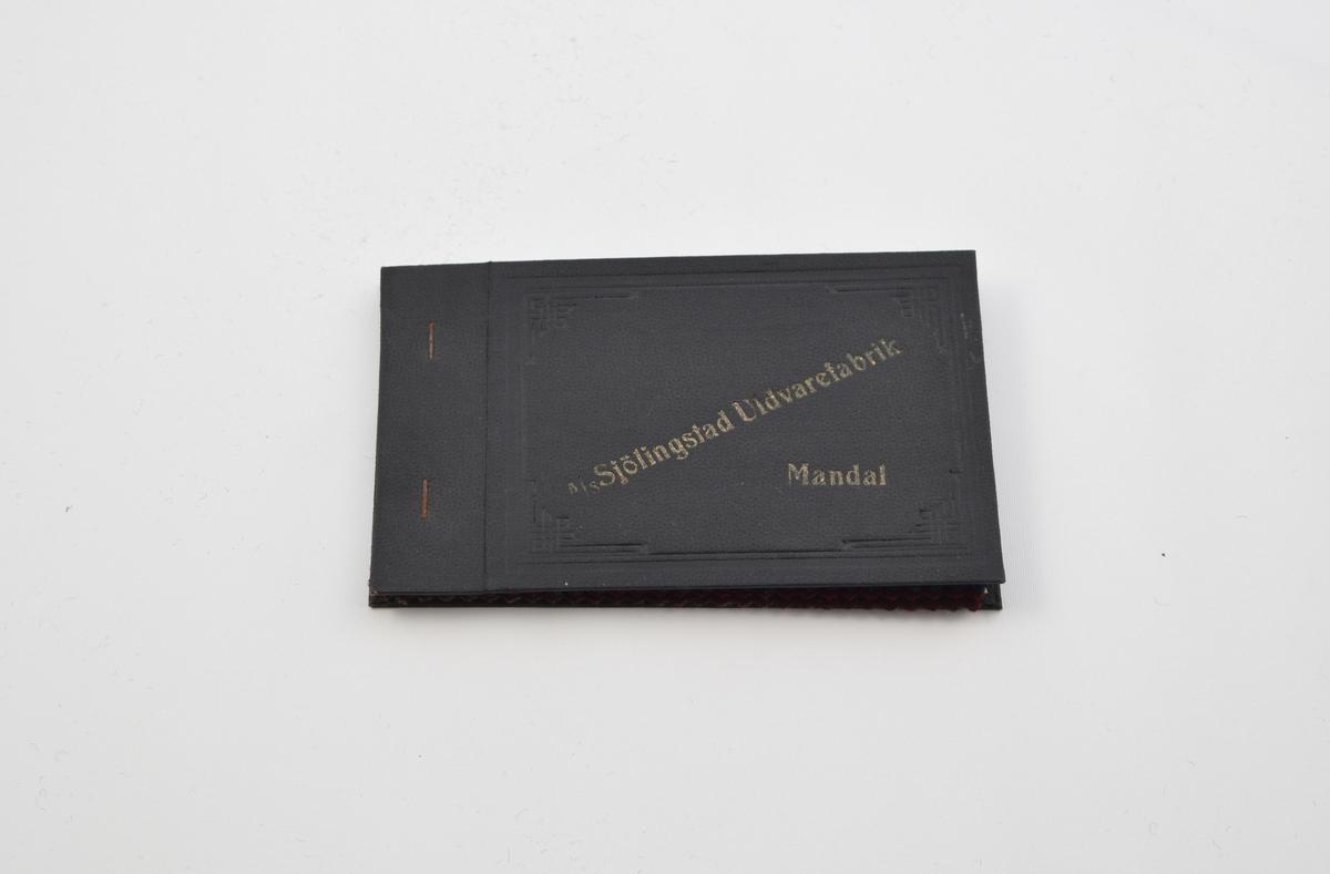 Prøvebok med 5 prøver. Tynne ullstoff ute utpreget mønster eller helt uten mønster. Alle stoffer er merket med en rund papirlapp festet med melallstifter hvor nummer er påskrevet for hånd.   Stoff nr. 532 (grønn), 533 (blå), 534 (rød), 535 (mørk rød), 544 (grønn).