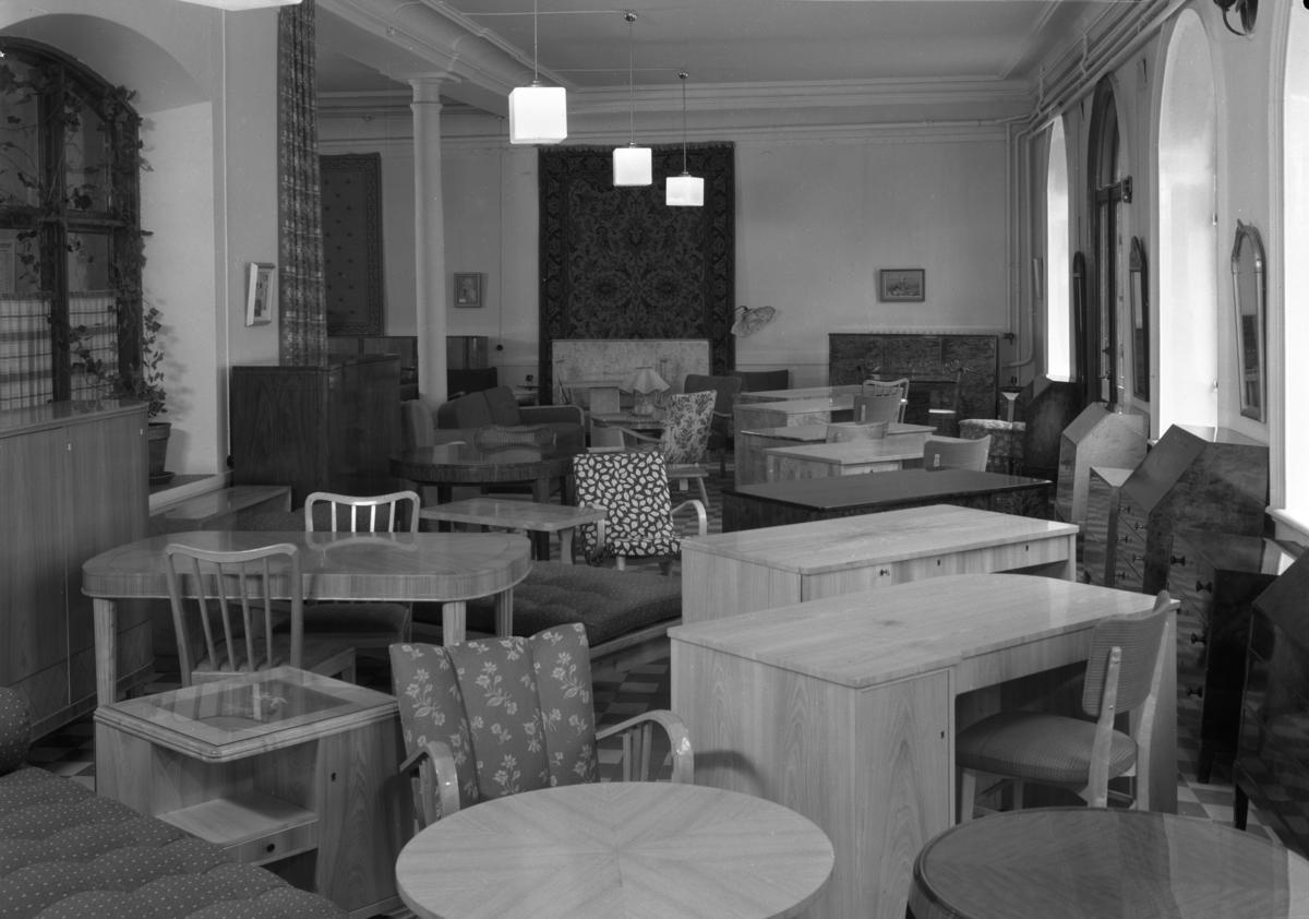 Ett smakprov på sortimentet i Klaessons möbelaffär på adressen Drottninggatan 10 år 1945.