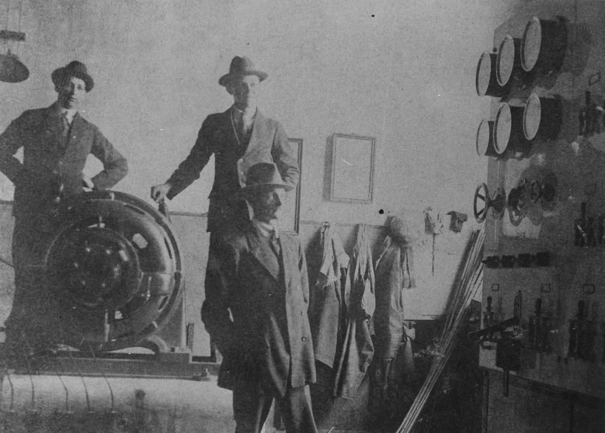 Generator och el.utrustning för belysning. Hybo Ångsåg omkr. 1923. Fr v. 1 Ruben Henriksson, 2 montör, 3 ?.