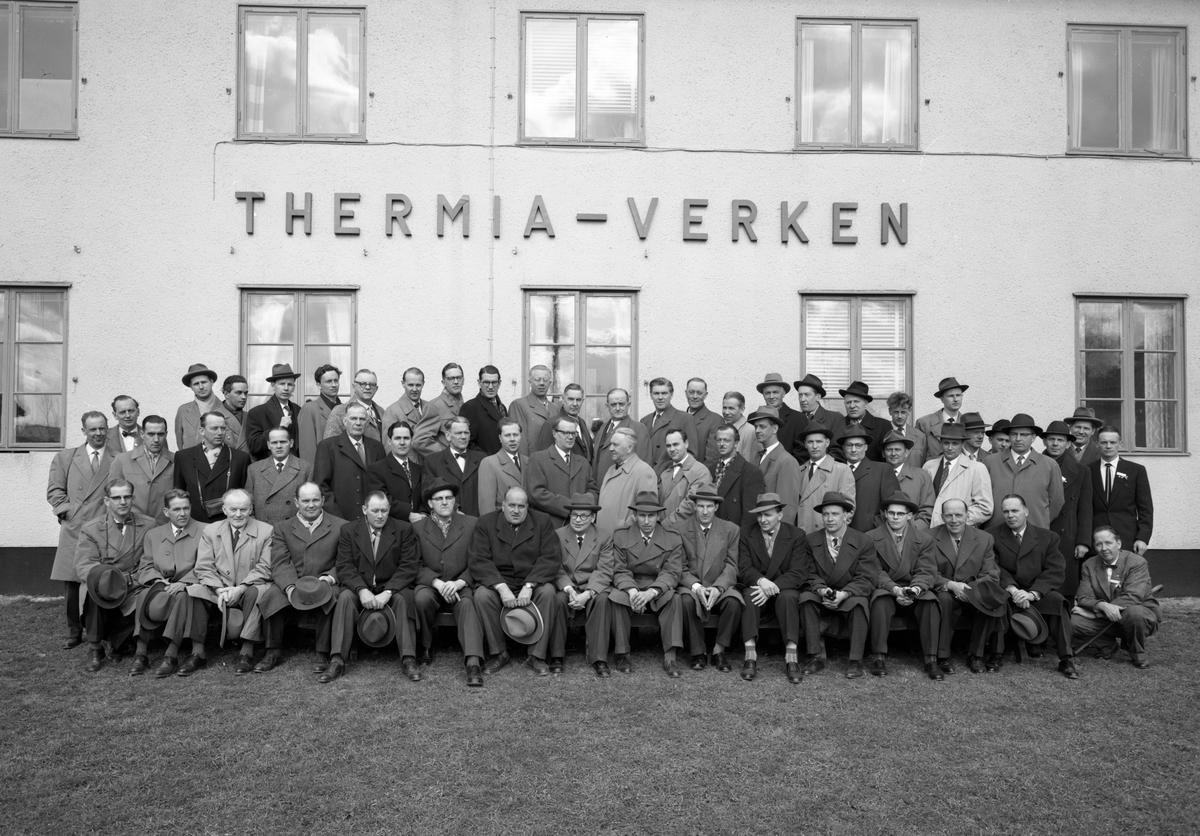 Personalen vid Thermia-verken framför fotografen 58-04-24.
