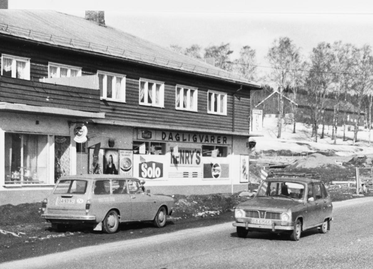 Henry`s (Henry Torp) hadde også dagligvareforretning i Stasjonsveien 2.