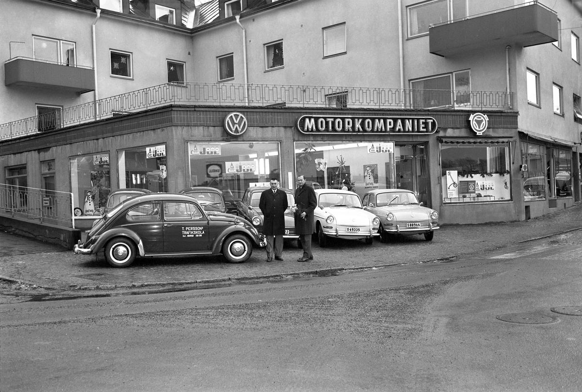T Perssons körskola köper/hyr sin 100:ade Volkswagen av Motorkompaniet på Kyrkogatan 42 i Arvika. Bilden togs 3 december 1966.