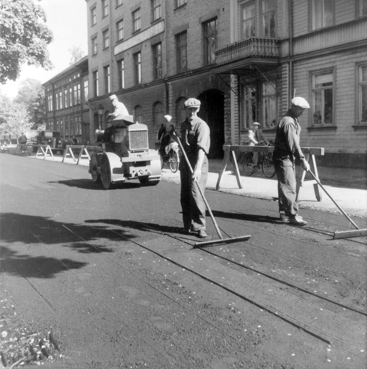 Trädgårdsgatan norr om kvarteret Rosenbad asfalteras 1948.