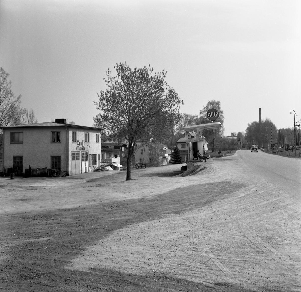 """Någonstans i Värmland - från slutet av 1950-talet. Kommentar från användare: """"Deje, strax öster om järvägsstationen ungefär där brandstationen ligger idag. NKlJs bangård till höger. Brukets skorsten skymtar i bakgrunden""""."""
