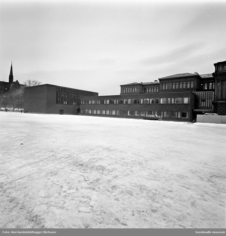 Nya aulan vid Läroverket (Hedbergska skolan). Exteriör- och interiörbilder.