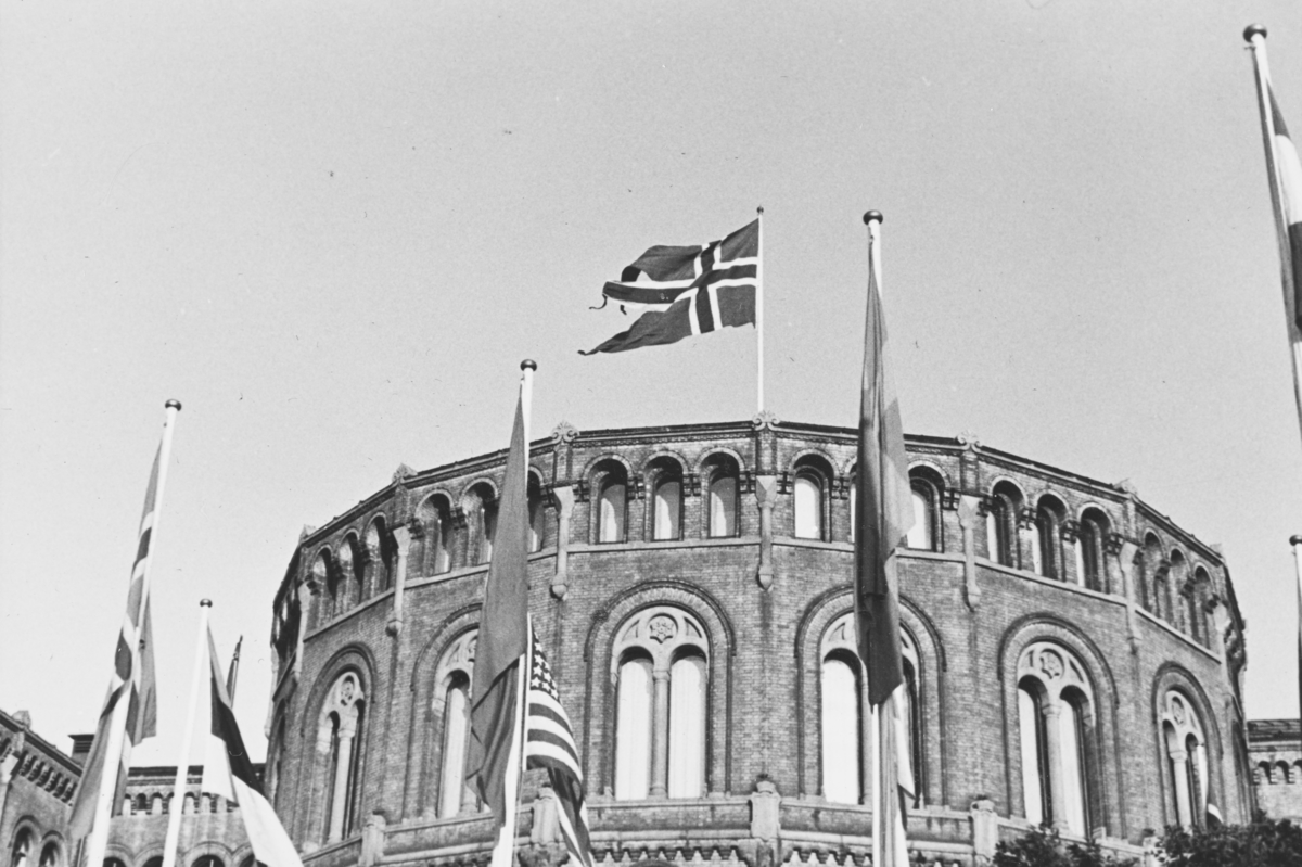 Stortinget sommeren 1939. Flaggborg foran Stortinget i forbindelse med Den Interparlamentariske unions 35. konferanse