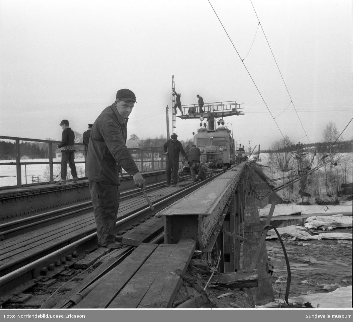 En katastrof var nära då fyra godsvagnar i nattåget från Stockholm spårade ur mitt på järnvägsbron över Ljungan vid Njurundabommen i slutet av april 1966. De 49 passagerarna väcktes vid fyratiden på morgonen och fick promenera tillbaka över bron till Njurunda station varifrån de bussades vidare till Sundsvall. Inga personskador men däremot stora materiella skador blev olyckans eftermäle.