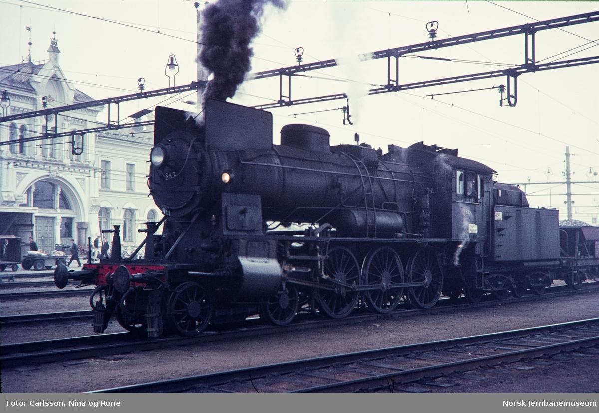 Damplok type 30b nr. 353 på Hamar stasjon, foran grustog
