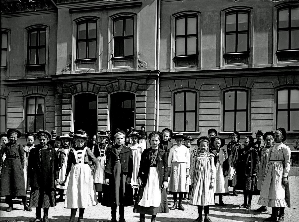 St. Olovsskolan. Flickslöjdens elever.