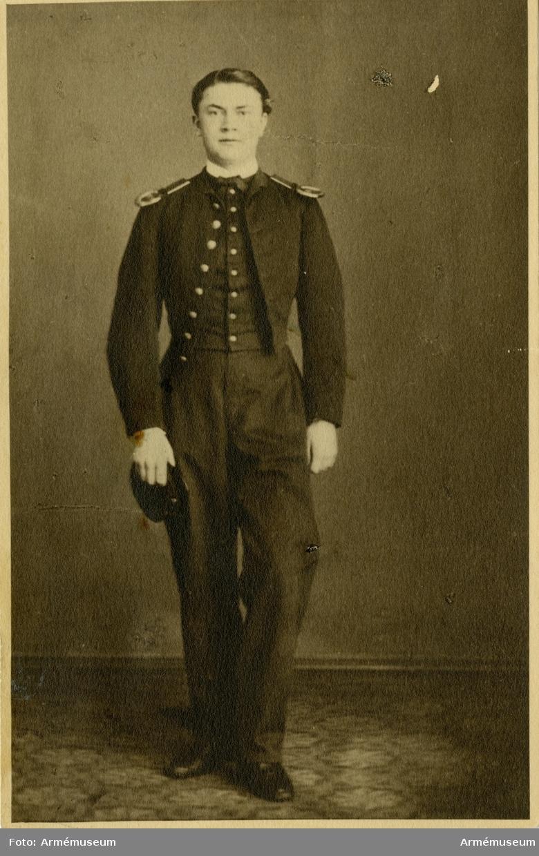 Grupp M I. Amatörfotografi föreställande kaptenen J. Kjelleström, kadett vid Karlberg 1866.