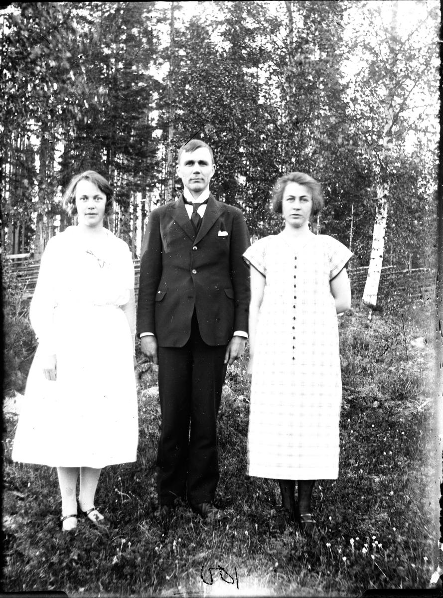 Personerna från vänster: lärarinnan Hilda Hedvall, Gustav Karlsson och okänd kvinna.