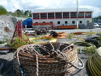 Kabelkveiler og tromler utenfor sjøkabellageret (Foto/Photo)