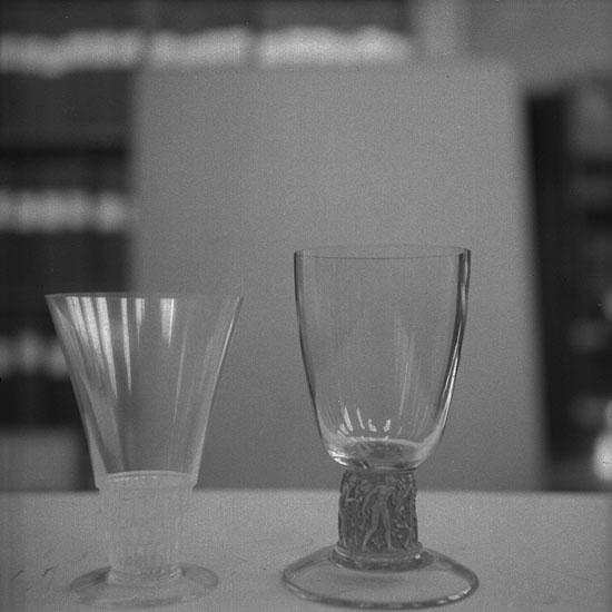 Foto av ett vinglas och möjligen ett ölglas?