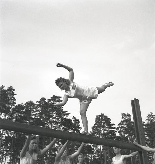 Gymnastikuppvisningen, 25/5 1941. Kvinnliga gymnaster har uppvisning på bom.