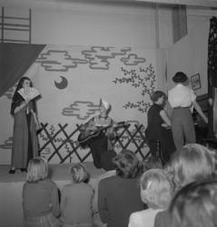 """Sjuornas fest, 1952.""""O Sole mio"""", sång till gitarr. Inga Pe"""