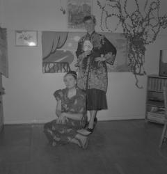 """Seminaristernas fest, 1953. Två unga kvinnor, utklädda i """"k"""