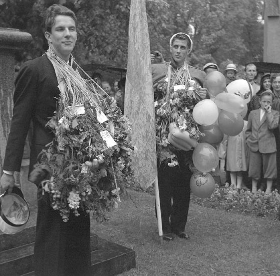 Studenterna, fjärde dagen, 1953. En student håller tal vid Esaias Tegnérs staty.
