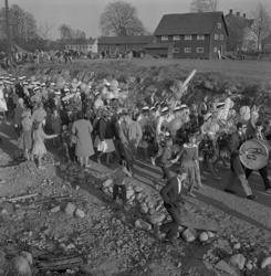 Studenterna, tredje d. 1960. Studenterna m.fl. tågar iväg n