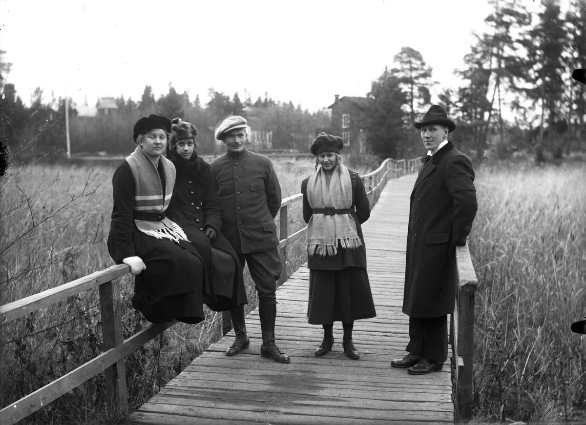 Fem personer på en bro.