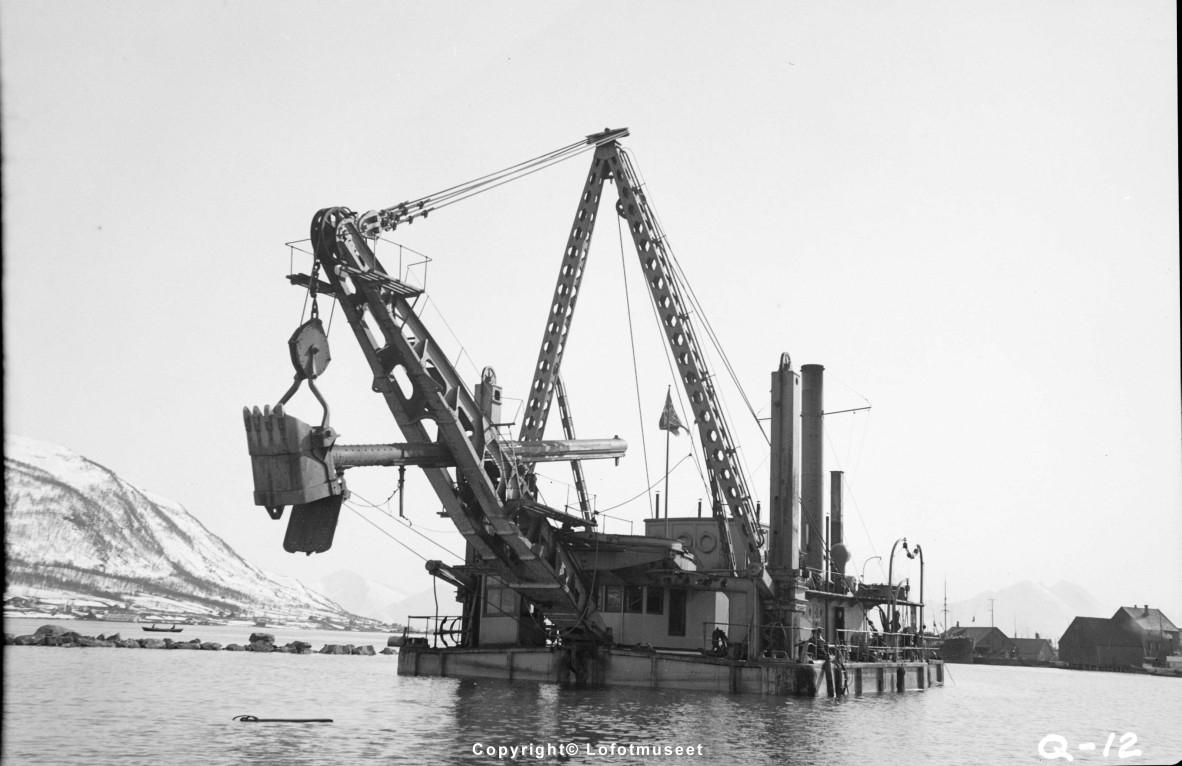 """TROMSØ: HAVN- """"EKSKAVATOR 6""""."""