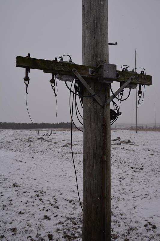 Master og antenner. Skjæveland nærbilde av trestolpe Rogaland radio mottakerstasjon