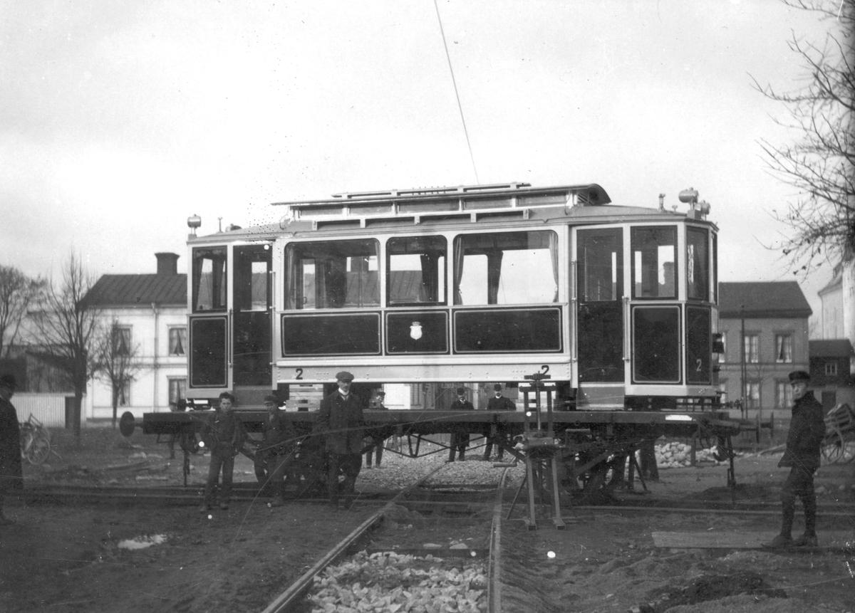 Vagn 2 lossas från järnvägsvagn vid Näringsgatan.