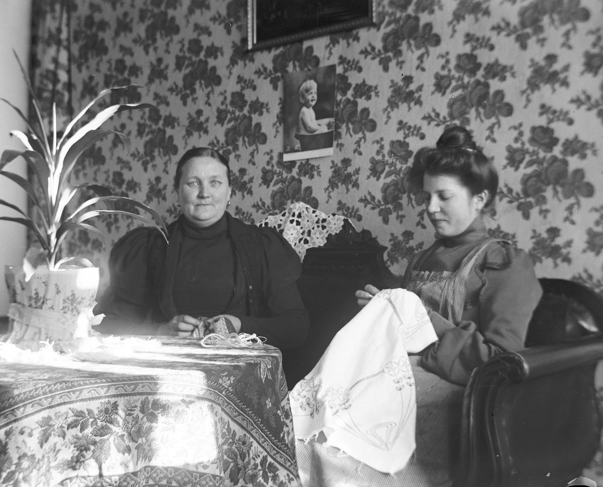 Två kvinnor, Stina Lovisa Norling, handarbetar, i Fors, Torsåker.