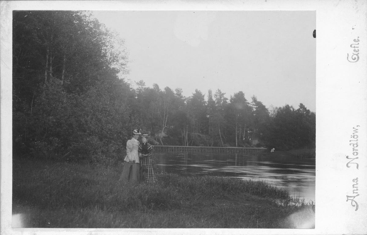 Ruth Jeansson och Ester Eklöf i Stadsträdgården. Foto år 1893.