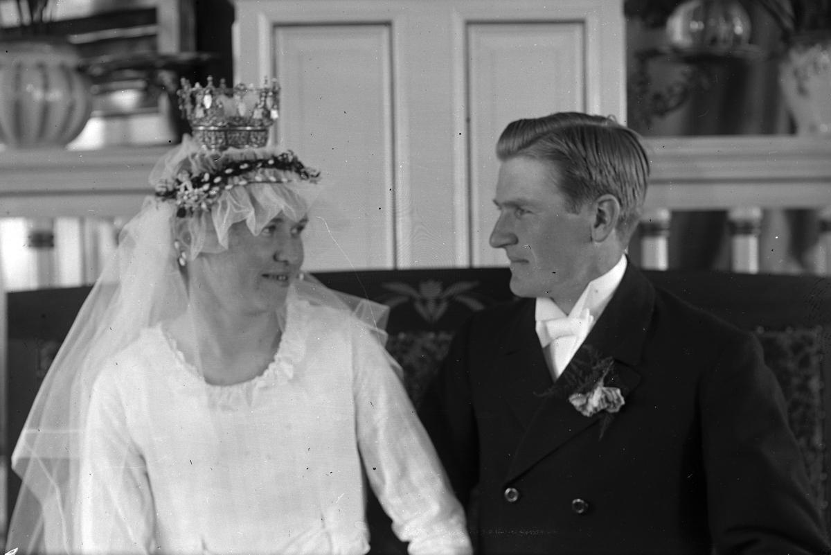 Misssionshuset i Hästbo. Brudparet Albin och Elvira Lindström från W. Hästbo