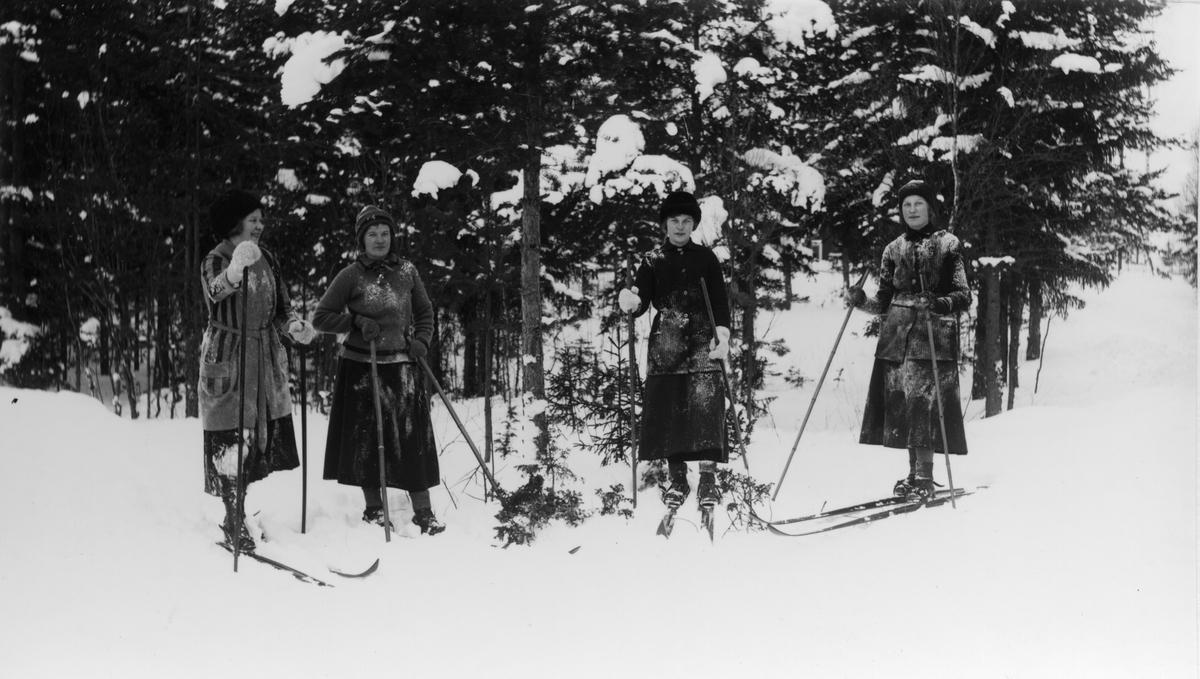 """Från vänster: Signe Sjörén, Ebba Wikström (fosterbarn i Målars), Sven-Jons Karin (Jonsson) och Sara Ek. Bilden tagen vid """"Sunds gata"""" intill Gustav Wåågs."""