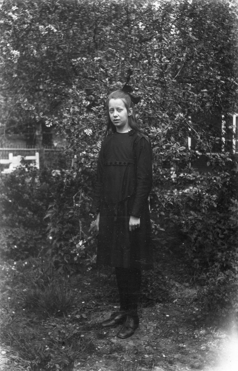 """Ingegerd Olsson från """"Rävmor"""". Foto ca 1920."""