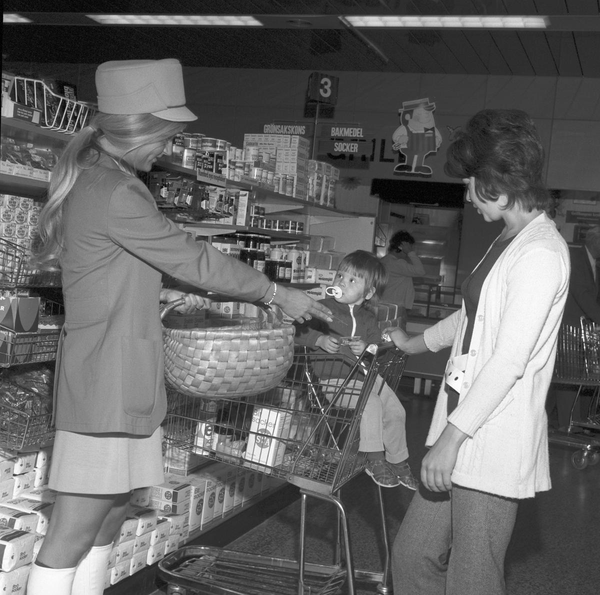 F Ahlgrens Tekniska Fabrik AB och ders reklamflickor. Den 28 augusti 1971