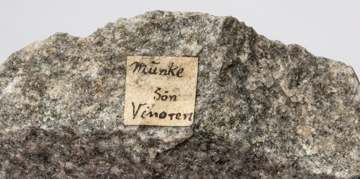 Etikett på prøve: Munke Søn Vinoren  To etiketter i eske:  Etikett 1: Granit Tilsynelatende gjennemsettende gabroen som en mægtig gang. Fra nyt skjærp paa «Munke skjærpgangen». Brændop baand  Søndre Vinoren. O.A.C. 77  Etikett 2: Granit Tilsynelatende gjennemsettende gabroen som en mægtig gang. Nyt skjærp paa «Munke skjærpgang», Brændop baand, Søndre Vinoren. O.A.C. 1877