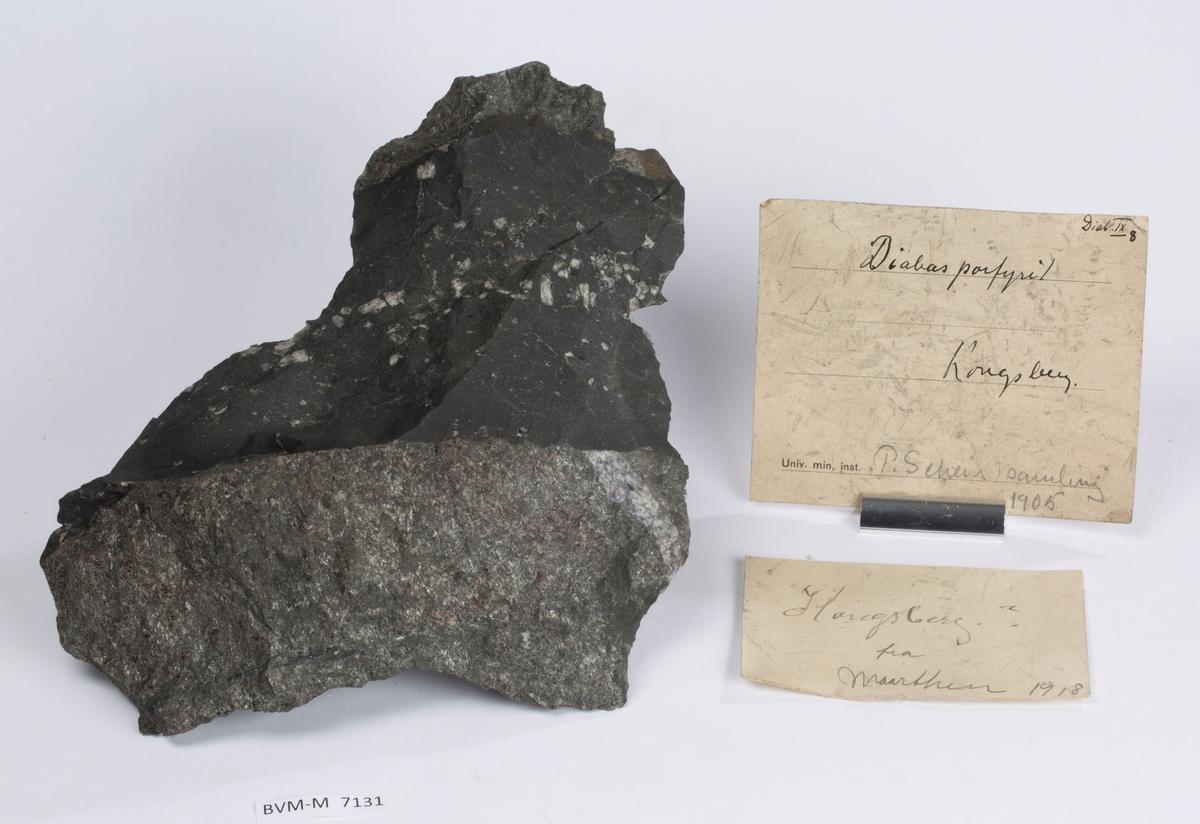 To etiketter i eske:  Etikett 1: Diab. IX 8 Diabasporfyritt Kongsberg P. Scheis samling 1905  Etikett 2: Kongsberg ? Fra Maarthen 1918