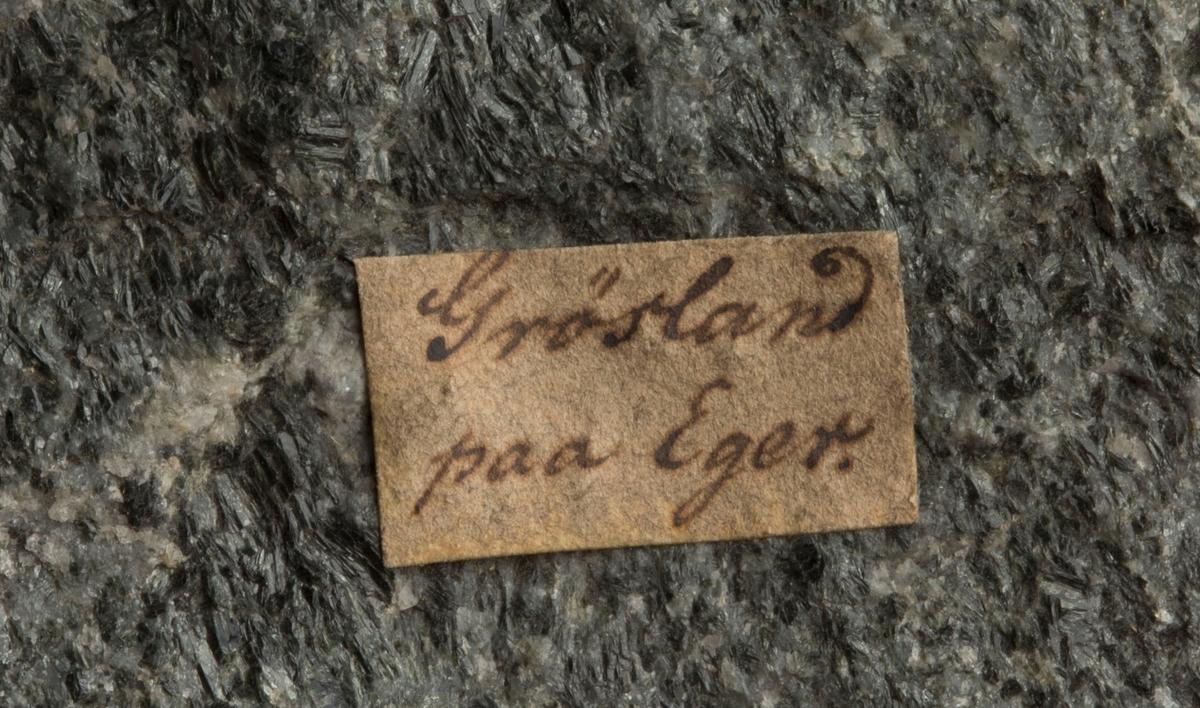 Hornblendeskifer Etikett på prøve: Grøsland paa Eger  Etikett i eske: Ved Gaarden  Grøsland paa  Eger