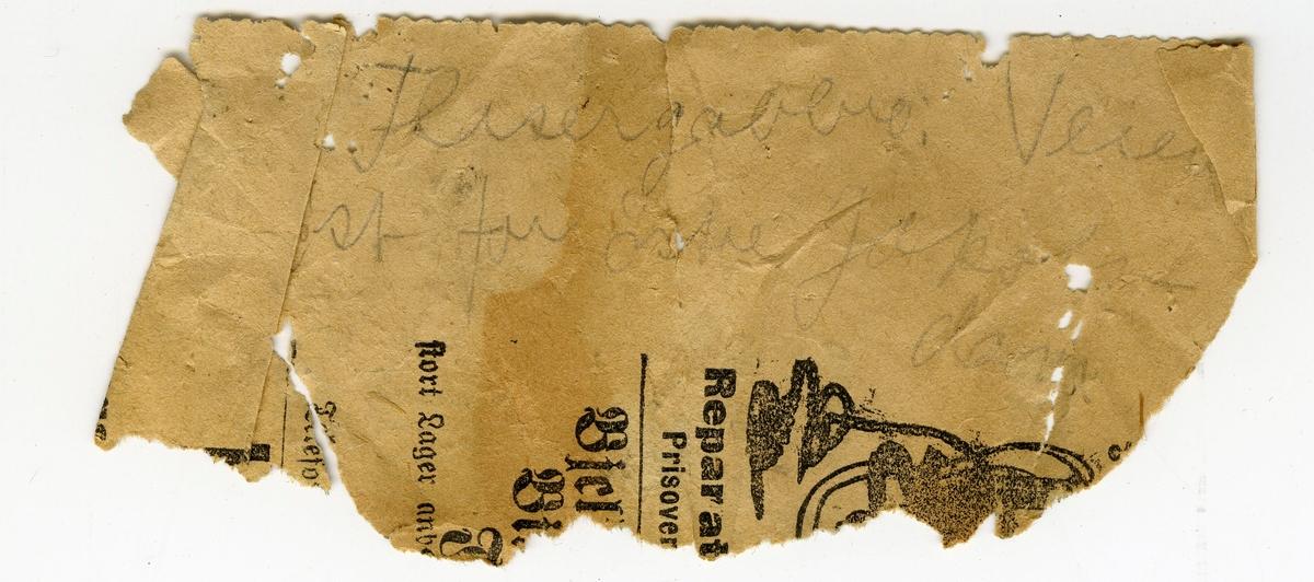 Etikett på prøve: En større prøve av finkornet bergart med etikett: 13. To små prøver av metagabbro  To lapper i eske: 1: 24. 2: Flasergabbro. Veien øst for Lille Jacobs dam (lappen er av avispapir).
