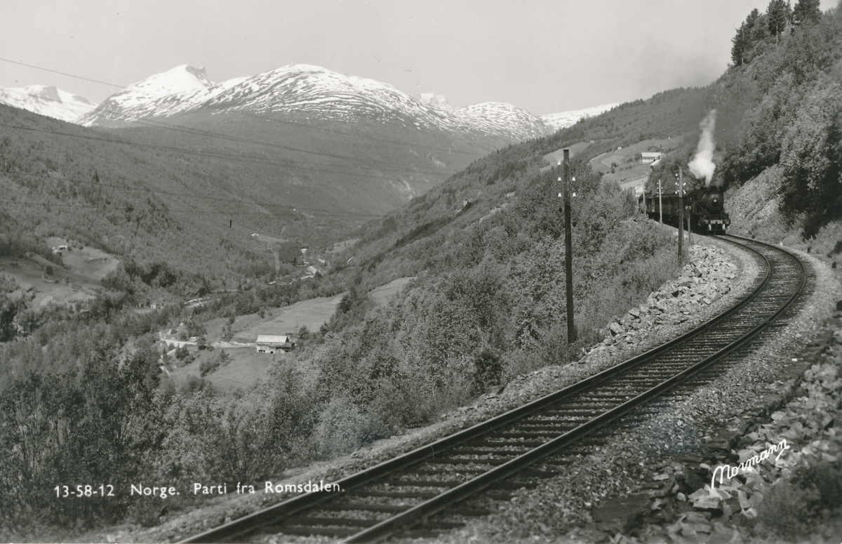 Parti fra Romsdalen. Tog trukket av damplok type 30 på Raumabanen.