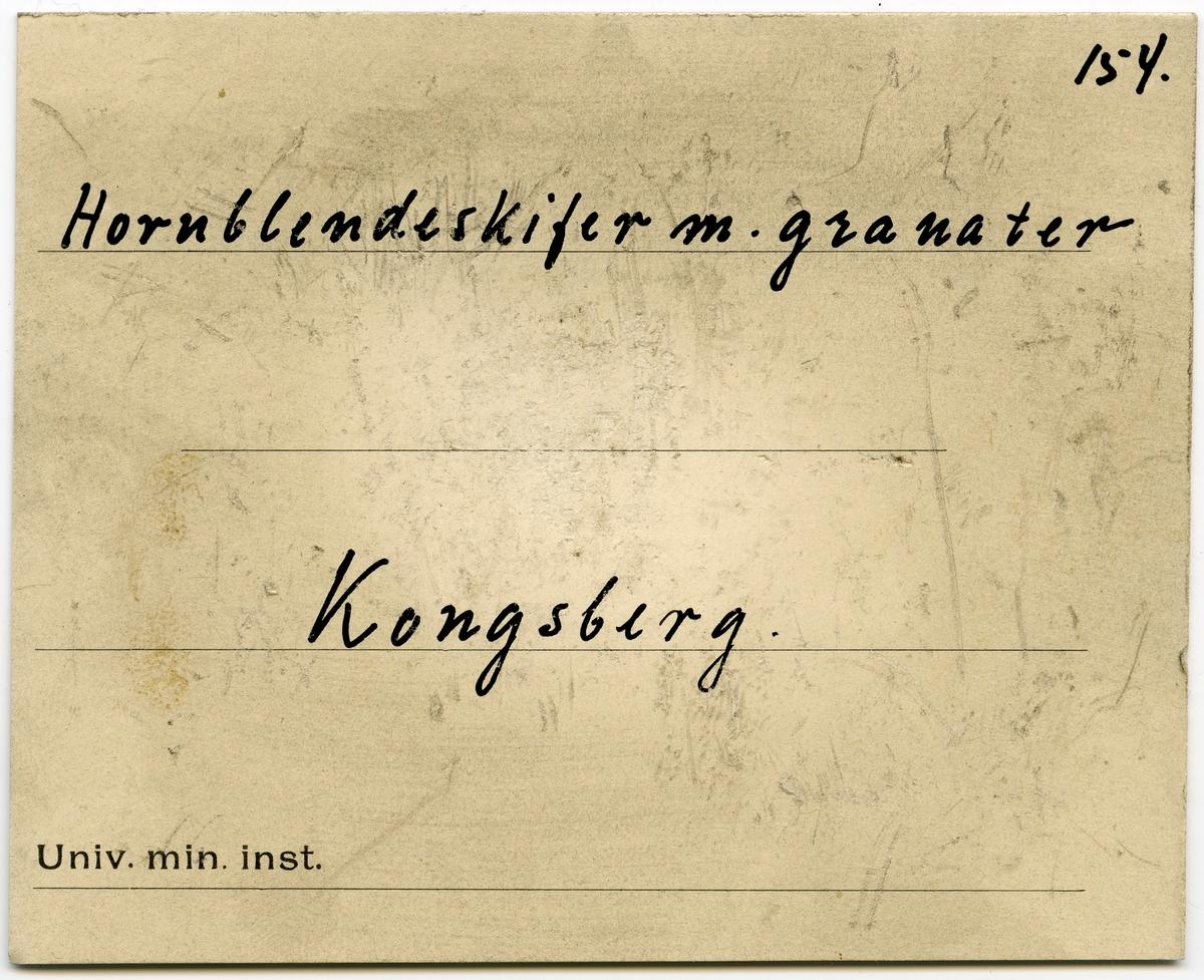 Etikett på prøve: 154  To etiketter i eske:  Etikett 1: 155 Hornblendeskifer m. granater Kongsberg  Etikett 2: 154. Hornblendeskifer m. granater Kongsberg