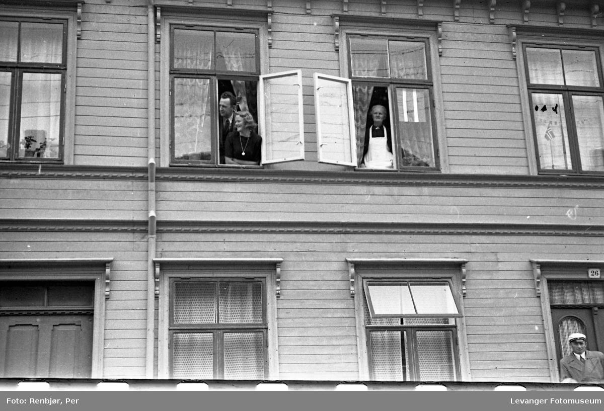 Lærerskolens opptog, fredsvåren, folk i vinduene.
