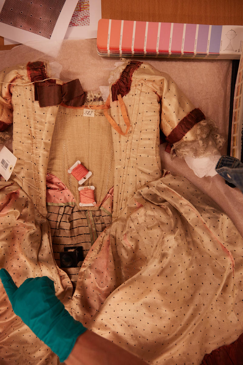 Fargeprøver for rekonstruksjon av pikekjole på Norsk Folkemuseum (Foto/Photo)