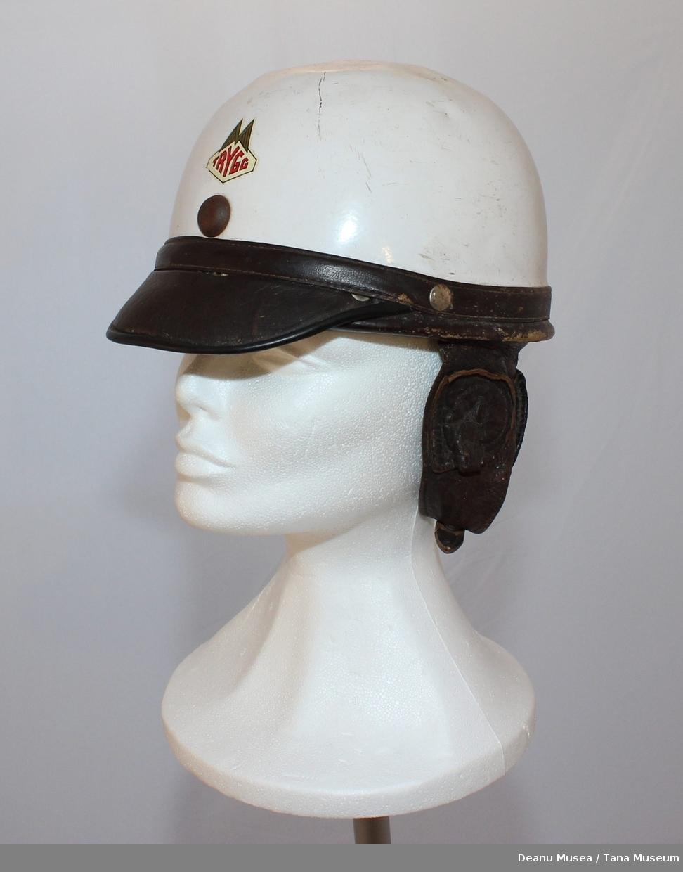 Hvit motorsykkelhjelm med skinn skjerm foran og øre/ nakke beskyttelse i brun skinn. På innsiden er det grønn innerfor i syntetisk matriale. Emblem foran i panneområdet TRYGG i røde bokstaver.