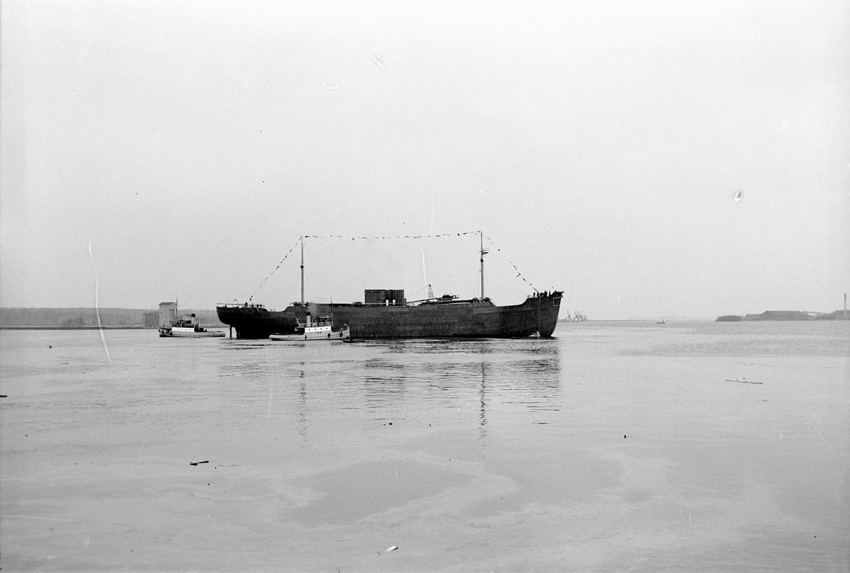 """Gävle Varv stapelavlöpning av Norskt fartyg """"Browiz Beunest"""". 19 februari 1949. Gävle Varv anlades 1873. Efter en konkurs 1921 bildades Gefle Varfvs och Verkstads Nya AB, som bland annat tillverkade oljecisterner och utrustningar till pappersmassefabriker. På 1940-talet återupptogs skeppsbyggeriet."""
